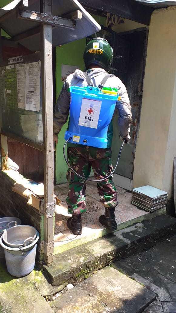 Babinsa Kecamatan Gedongtengen Ikut Serta Penyemprotan Desinfektan di RW  11 Pajeksan